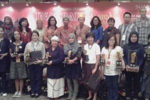 10 Dewan Juri dan para penerima Inacraft Award bersama Wamenlu RI di Merak Room, JCC jumat 25/4/16
